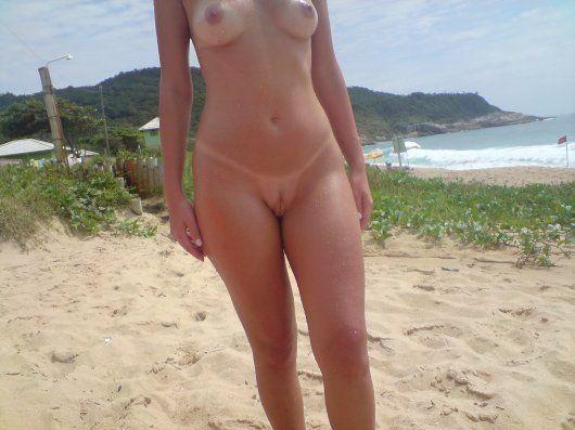 Puta gostosa bronzeada peladinha na praia de nudismo