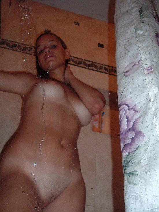 Ninfetinha tirando selfies enquanto toma banho