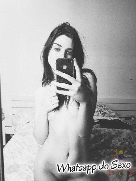 Morena safada tirando selfies do seu lindo corpinho