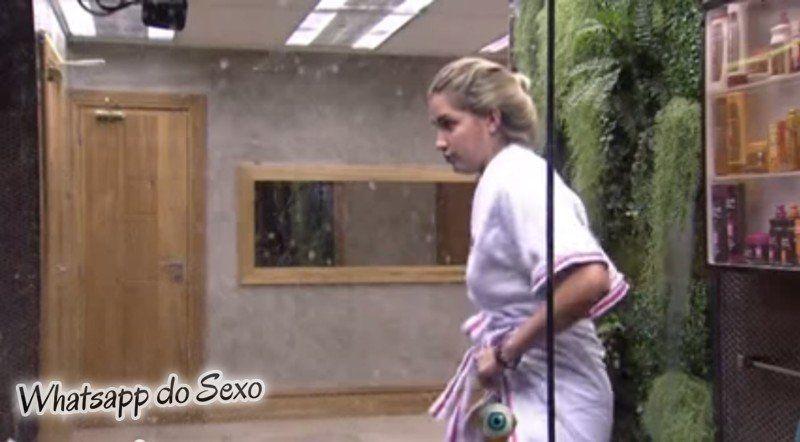 Flagra de Aline mostrando a buceta depois do banho BBB15