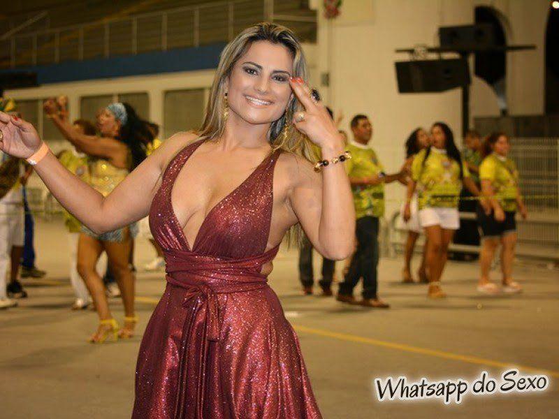 Márcia Imperator paga peitinho durante ensaio técnico do carnaval 2015