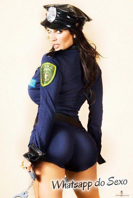 Morena deliciosa vestida de policial sensualizando