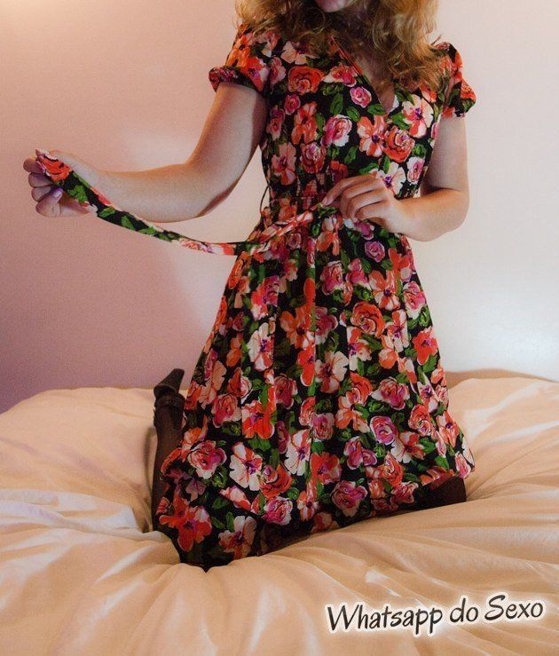 Gostosa de vestido florado chupando bem gostoso uma rola