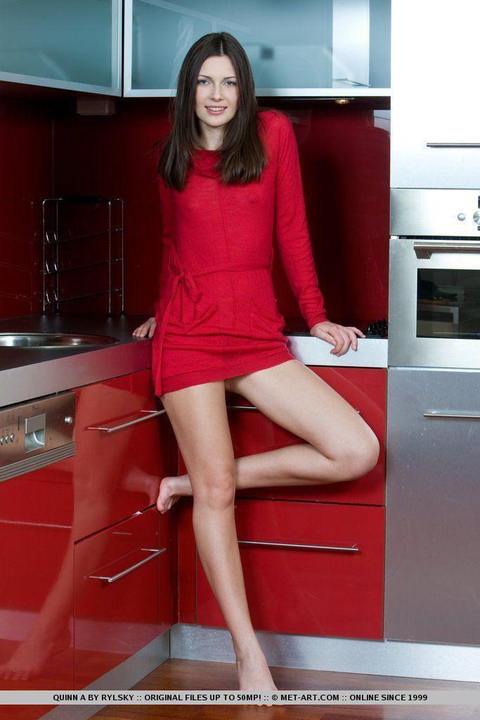 Morena de vestidinho vermelho de olhos claros pelada
