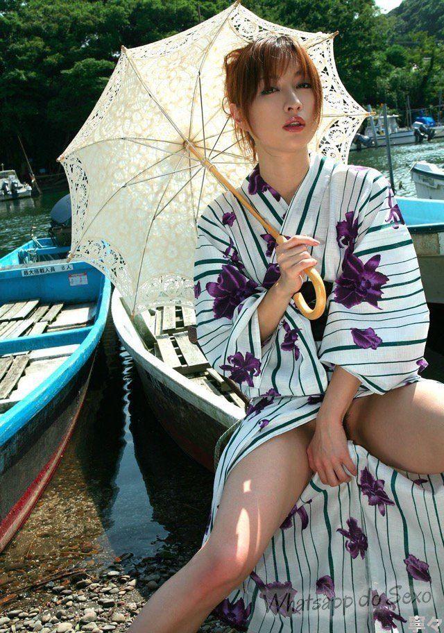 Japonesa da buceta peluda sensualizando de kimono