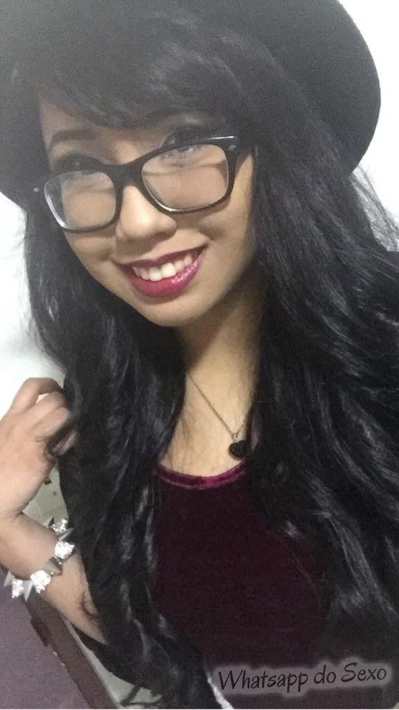 Gostosinha de óculos caiu no whatsapp sem roupa