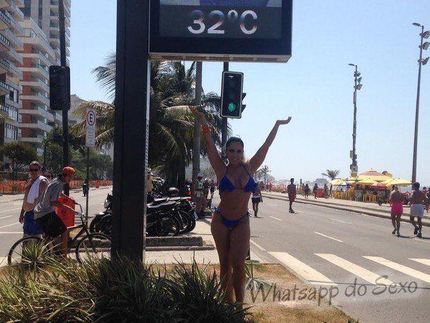 Mulher Melão fazendo topless