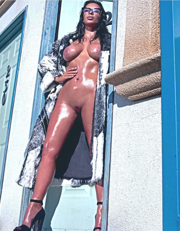 Kim Kardashian nua em fotos para a Love Magazine