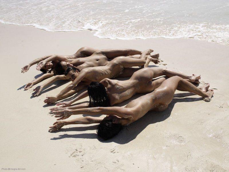 Gostosas peladas na areia da praia