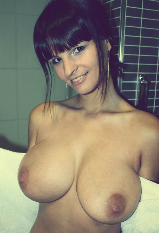 Morena pelada mostrando seus peitos enormes