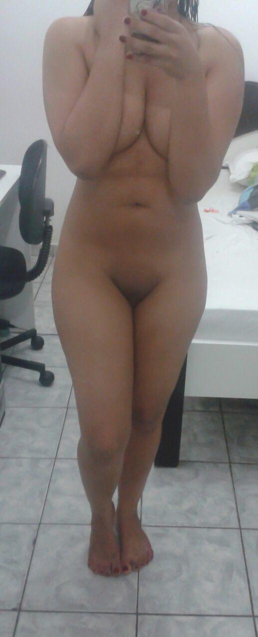 Morena pelada no seu quarto mostrando a sua buceta lisinha
