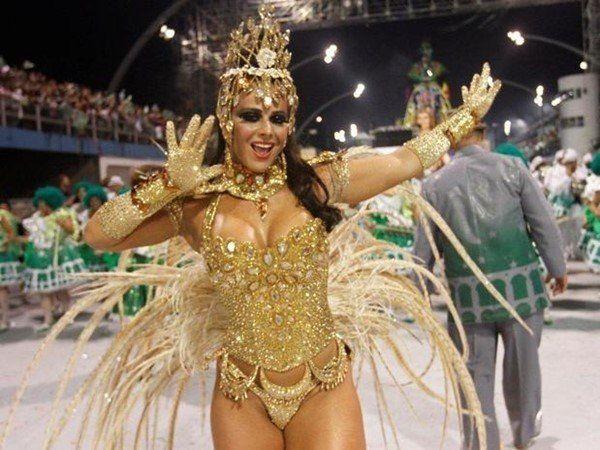 Viviane Araújo pelada no carnaval