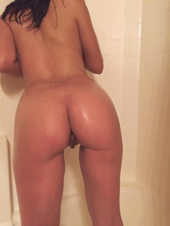 Mulher gostosa pelada exibindo sua buceta peluda (17)