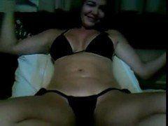 Coroa casada na webcam masturbando a bucetona