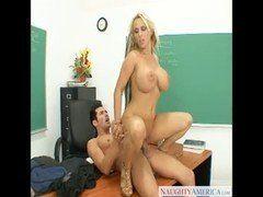 Professora loira peituda dando um trato no aluno