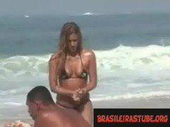 Flagra real na praia com mulher com a buceta partida