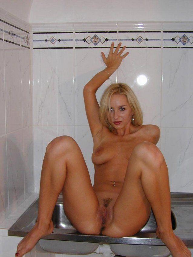Loira amadora gostosa caiu na net pelada na cozinha