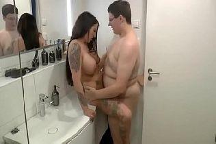 Gostosa Transando com o Gordinho no Banheiro