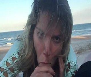 Namorada Gulosa Pagando Boquete na Praia