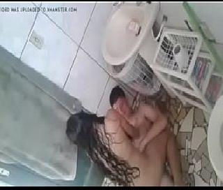 Novinha Fudendo com Amigo no Banheiro da Escola