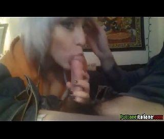 Linda safada no video porno amador engolindo uma pica