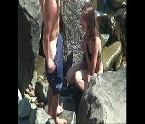 Flagrou casal novinho fazendo sexo nas pedras da praia