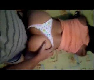 Novinha Dando a Buceta Com a Calcinha de Ladinho