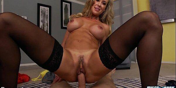 Porno xvideos coroa peituda dando o bucetão