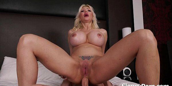 Porno gostoso com loira madura peituda dando cu