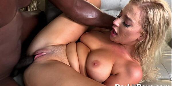 Sexo quente com negão comendo loira gostosa